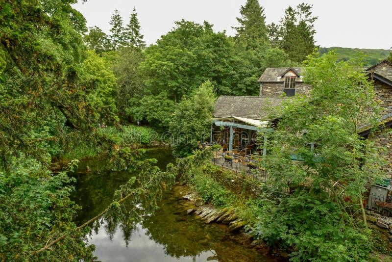 El parque nacional del distrito del lago, restaurante en el r?o imagenes de archivo