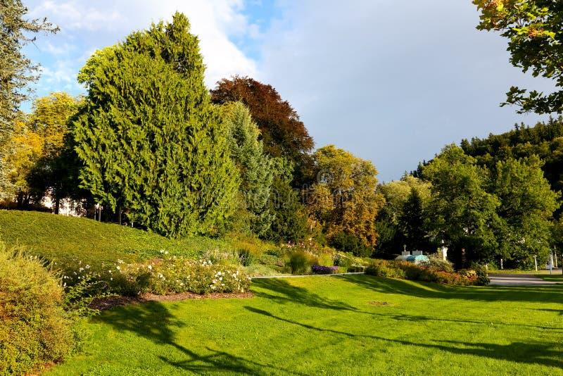 El parque público durante día soleado fotografía de archivo