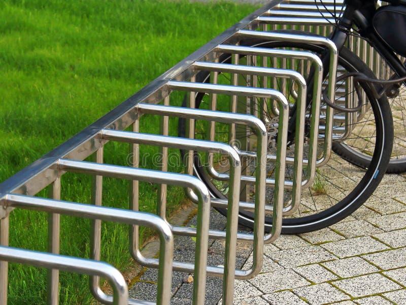 El parquear para las bicicletas en el parque imagen de archivo libre de regalías