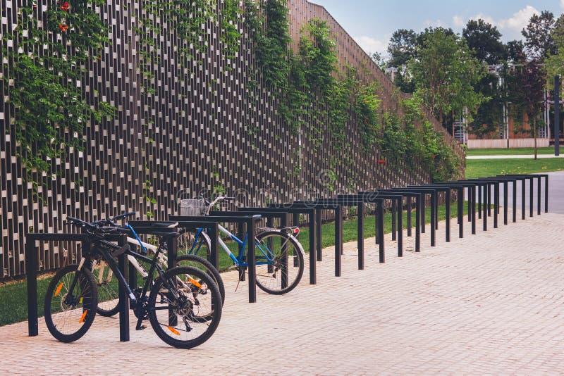 El parquear para las bicicletas en el parque foto de archivo