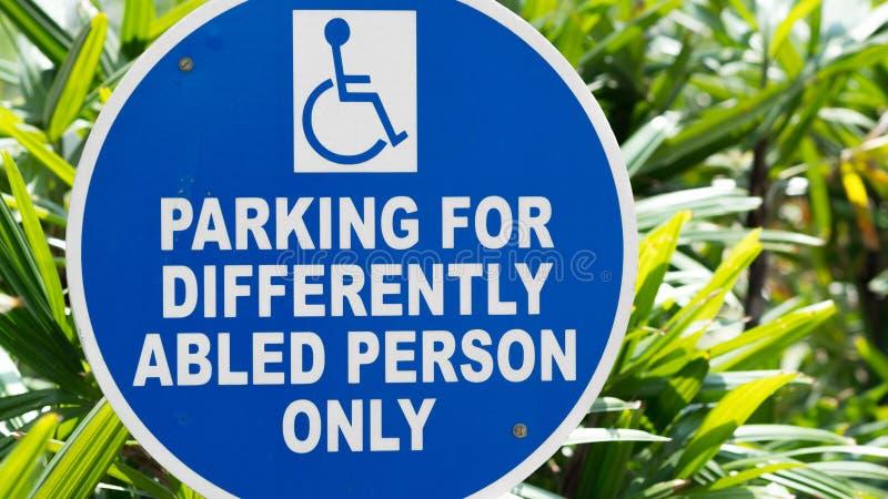 El parquear para las personas diferentemente abled solamente foto de archivo libre de regalías