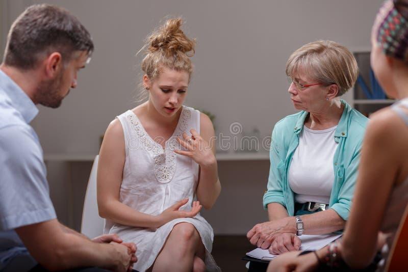 El participar en la sesión de terapia del grupo imagenes de archivo