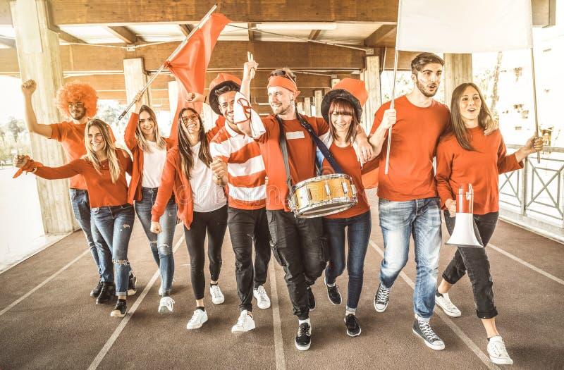 El partidario del fútbol aviva a los amigos que animan y que caminan al partido de fútbol fotos de archivo libres de regalías