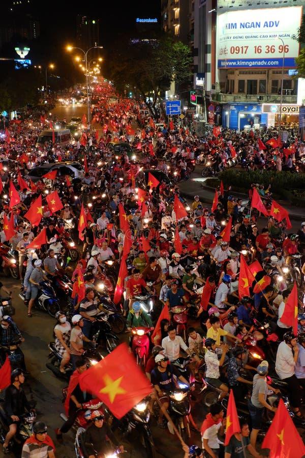 El partidario vietnamita del fútbol celebra fútbol del triunfo imagen de archivo