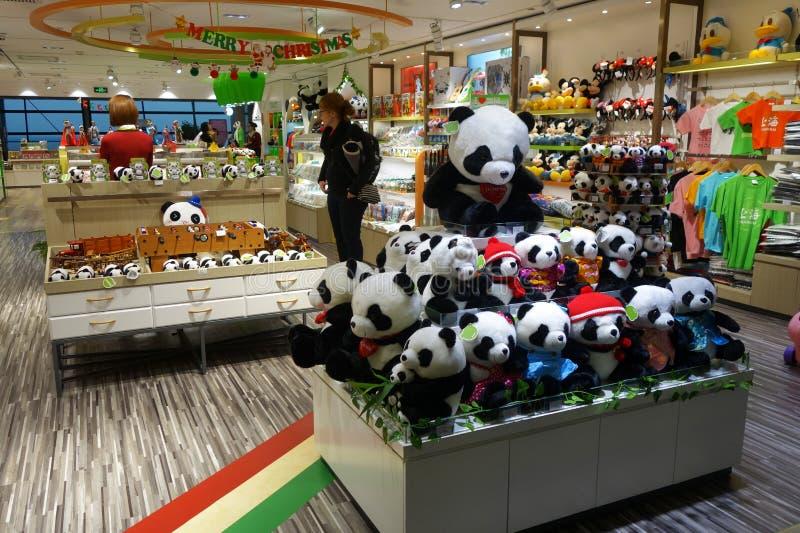 El pasajero hace compras para los recuerdos en el aeropuerto de Pudong en Shangai imágenes de archivo libres de regalías