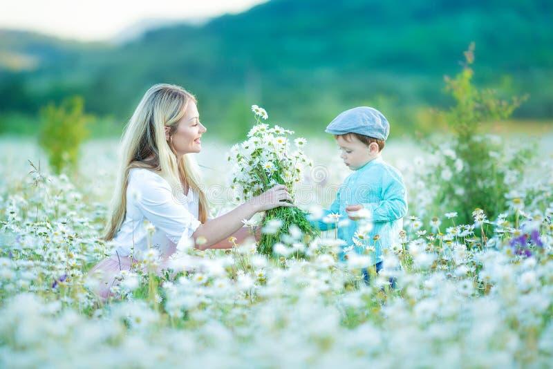 El paseo alegre de la mujer en el fondo amarillo verde de campo floreciente, resto, se divierte, juego, lanzamiento encima de poc imágenes de archivo libres de regalías