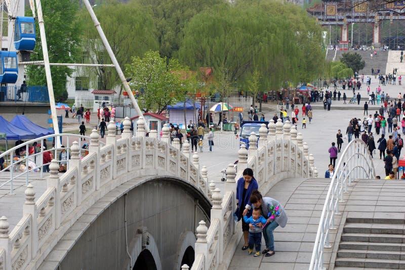 El paseo chino y divertirse en la primavera en el parque 219 Provincia de Anshan, Liaoning, China 20 de abril de 2014 fotos de archivo libres de regalías
