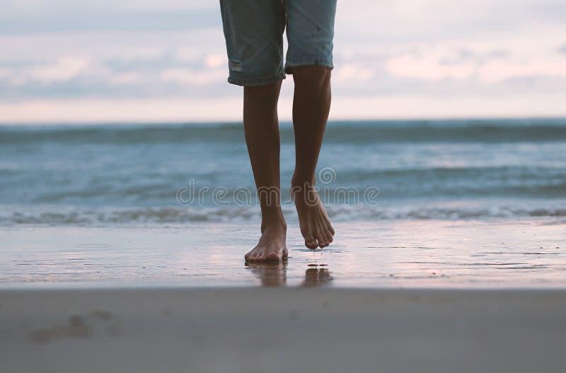 El paseo a lo largo de la resaca del mar, pies en la resaca, imagen de archivo
