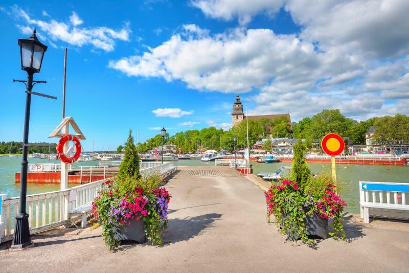 El paseo marítimo con embarcadero en el pequeño pueblo de Naantali. finlandia fotos de archivo