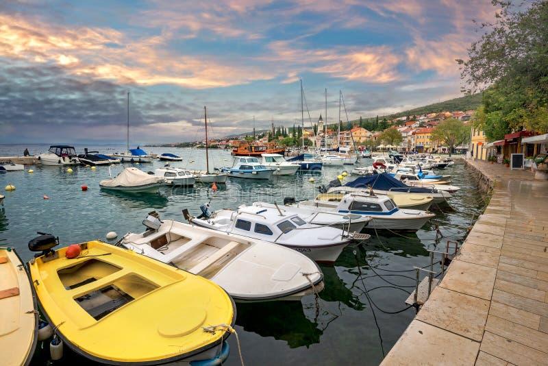 El paseo marítimo con puerto deportivo en la localidad turística de Selce. Istria, Croacia imágenes de archivo libres de regalías
