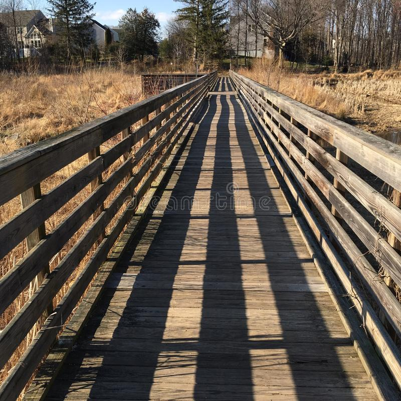 El paseo sin fin del tablero al otoño fotos de archivo