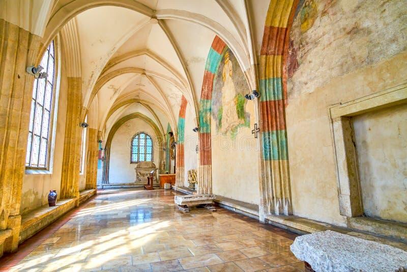 El pasillo arqueado de St Catherine Church en Kraków, Polonia imagenes de archivo