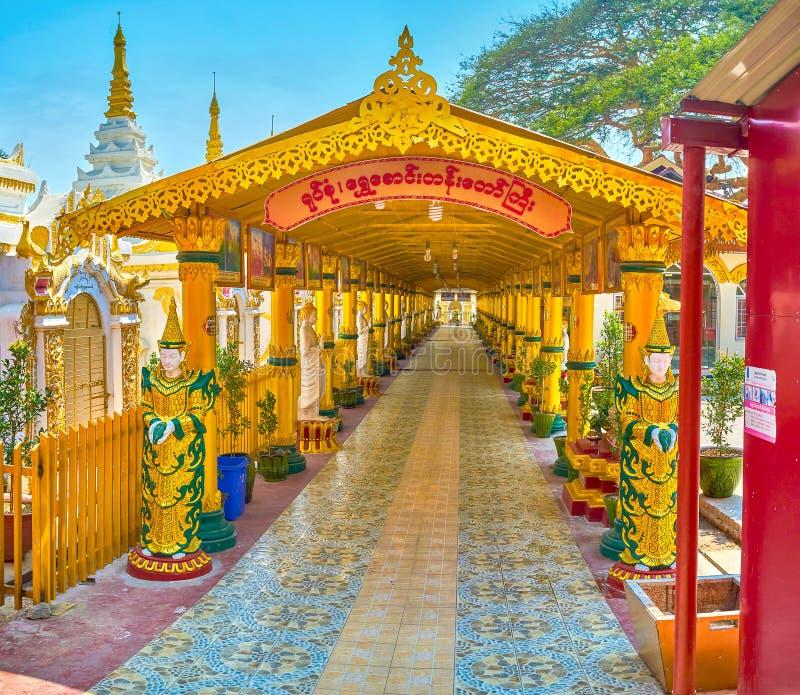 El pasillo cubierto de la pagoda de Kyauktawgyi, Mandalay, Myanmar fotografía de archivo libre de regalías