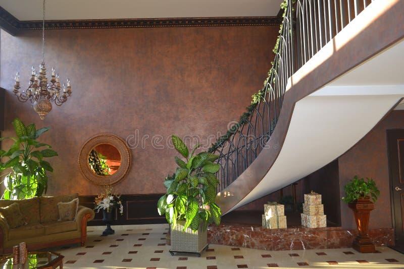 Pasillo del edificio de la propiedad horizontal. imagenes de archivo