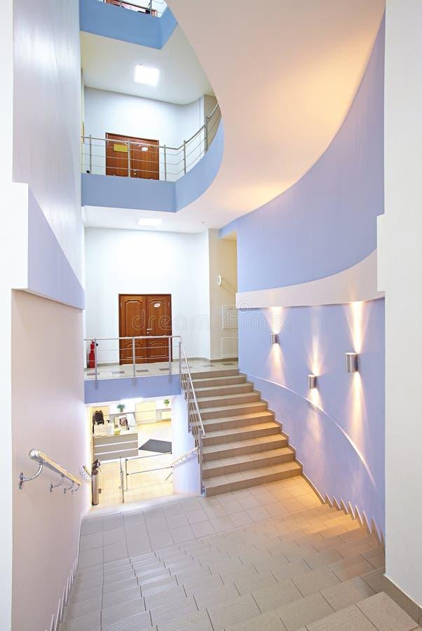 El pasillo de la escalera en un centro de negocios moderno imagenes de archivo