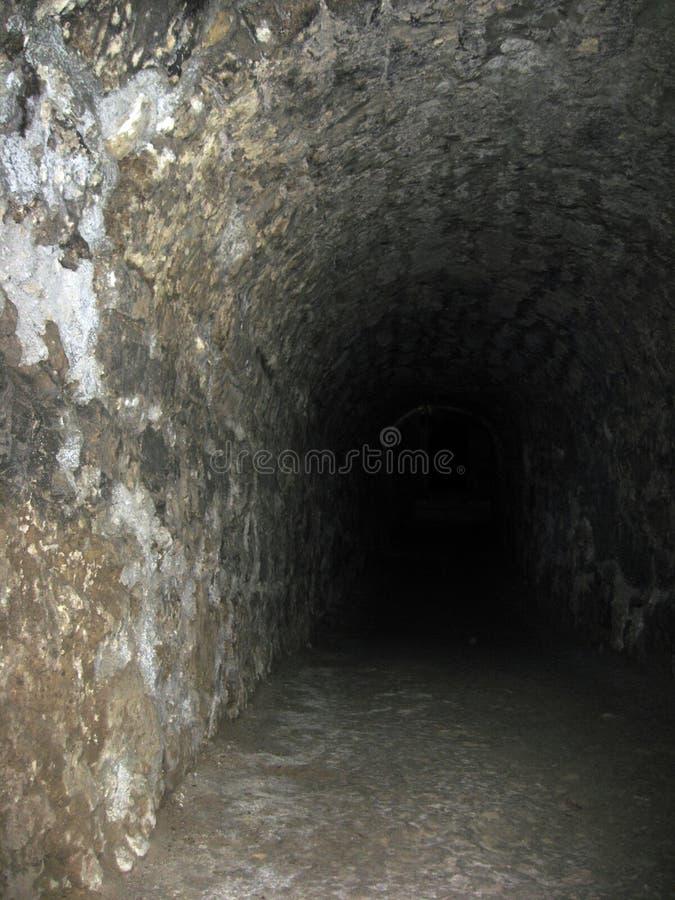 El pasillo de piedra de los arcos del underpasse misterioso del t?nel imagen de archivo