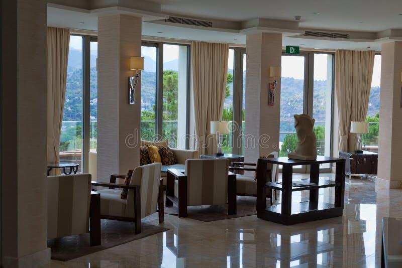 El pasillo del hotel es costoso con las ventanas fotografía de archivo libre de regalías