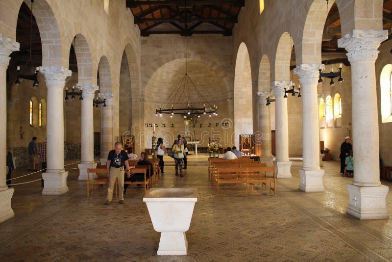 El pasillo del quintal en la iglesia de la multiplicación de panes y de pescados en Tabgha, Israel peregrinaje foto de archivo