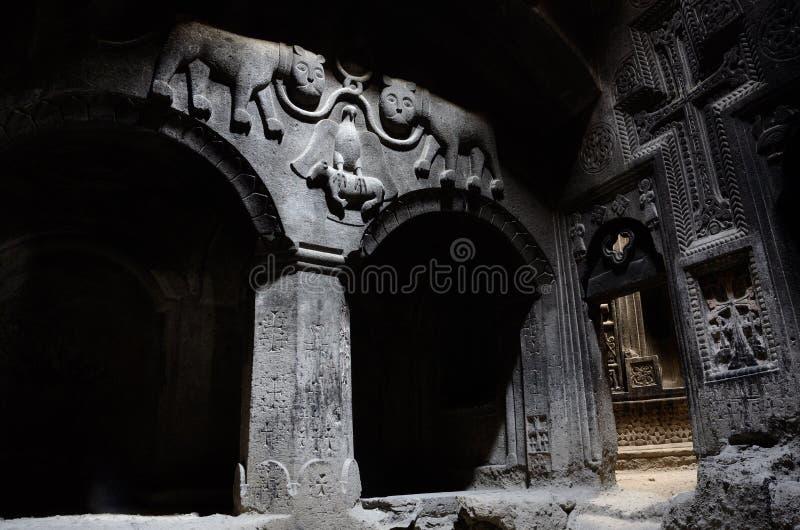 El pasillo del templo cristiano antiguo Geghard con una bóveda, columna imagen de archivo