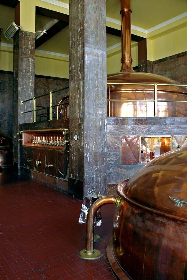 El pasillo principal de la cervecería en Litovel en donde se cocina la cerveza excelente imágenes de archivo libres de regalías