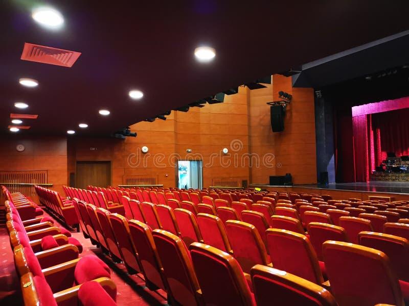El pasillo vac?o del teatro - luces brillantes imagen de archivo libre de regalías