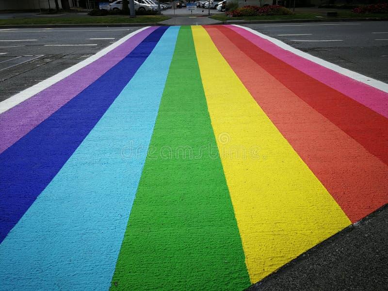 El paso de peatones, arco iris pintó el paso de peatones en Richmond, Columbia Británica fotos de archivo