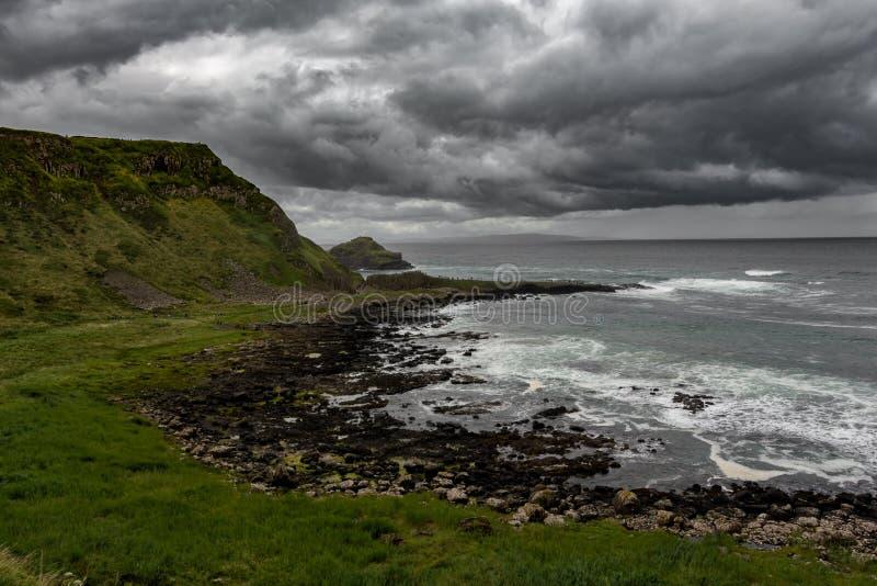 El paso elevado de los gigantes, Irlanda del Norte bajo un cielo dramático imagenes de archivo