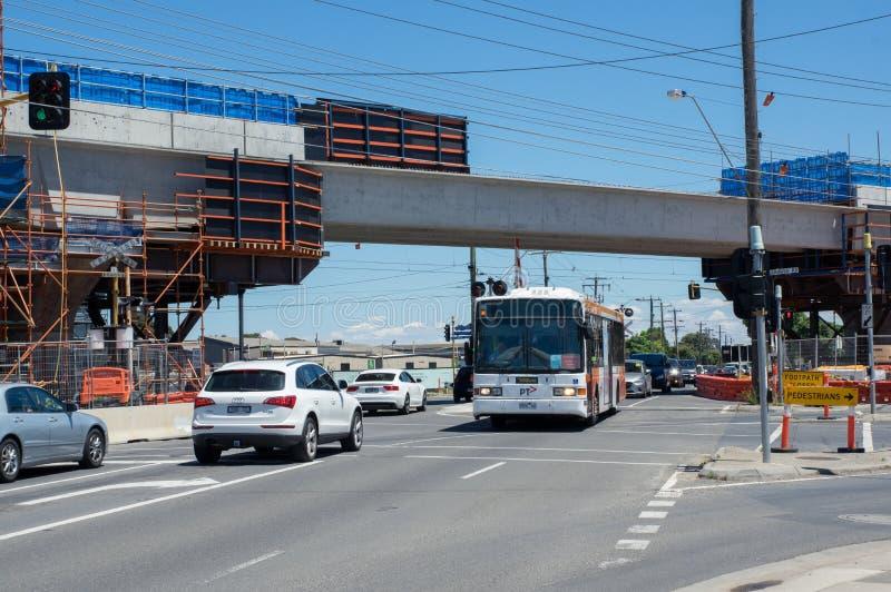 El paso a nivel del camino del centro que era substituido por el skyrail elevó vías del tren en Clayton South, Melbourne imágenes de archivo libres de regalías