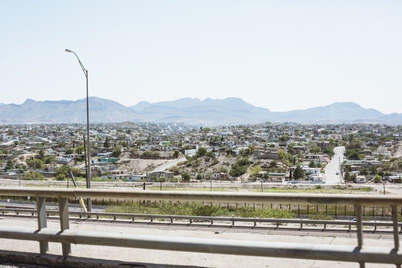 El Paso Stadtbild mit Bergen im Hintergrund lizenzfreie stockfotos