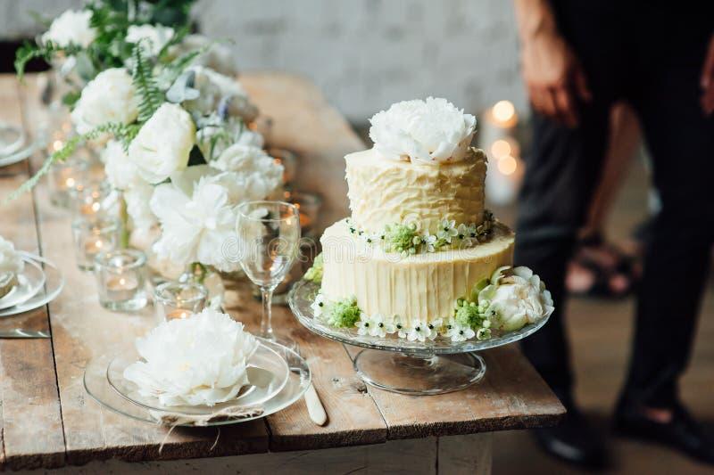 El pastel de bodas adornó estilo del desván con una tabla y los accesorios imagen de archivo libre de regalías