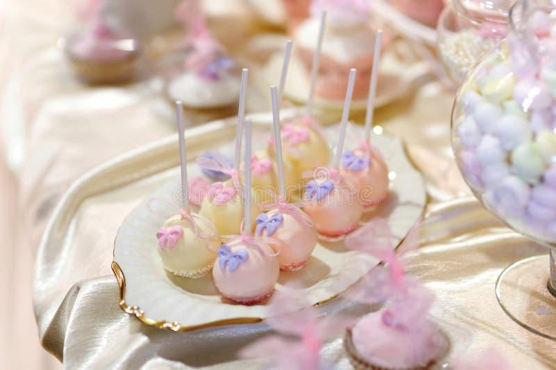 El pastel de bodas hace estallar en rosa y púrpura imagenes de archivo