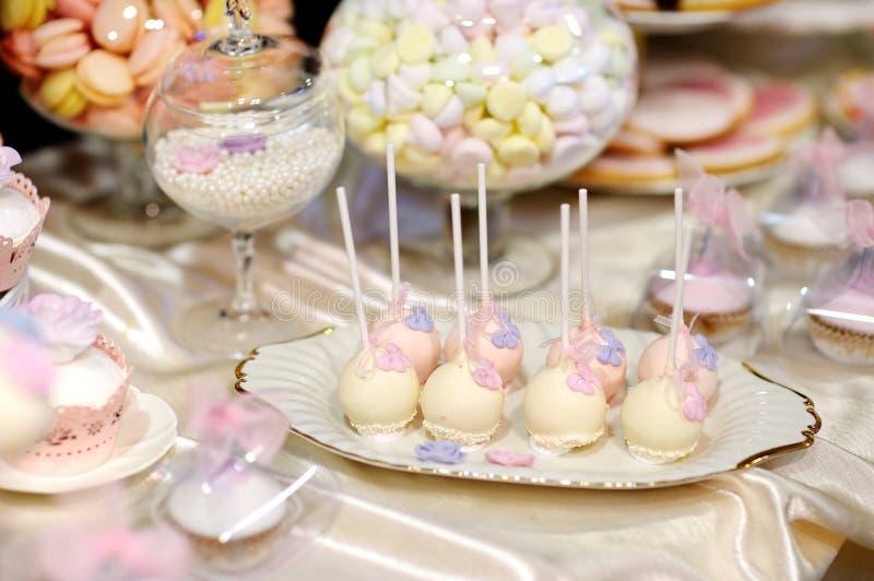 El pastel de bodas hace estallar en rosa y púrpura imagen de archivo
