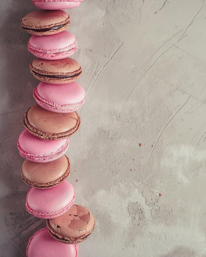 El pastel de la frambuesa y del chocolate coloreó el ove de Macarons o de los macarrones fotos de archivo