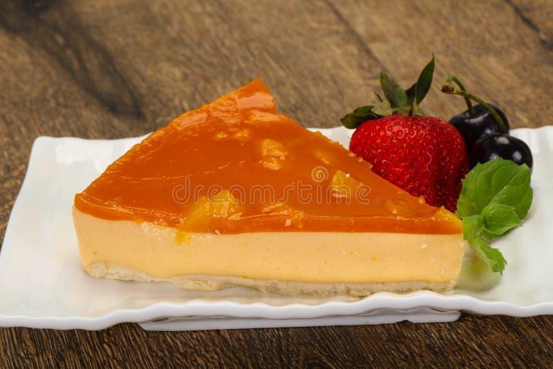 El pastel de queso con el albaricoque sirvió la fresa imagen de archivo libre de regalías