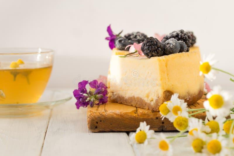 El pastel de queso de Nueva York en la placa blanca adornó la zarzamora Pastel de queso cocido húmedo y liso delicioso del aránda fotografía de archivo libre de regalías