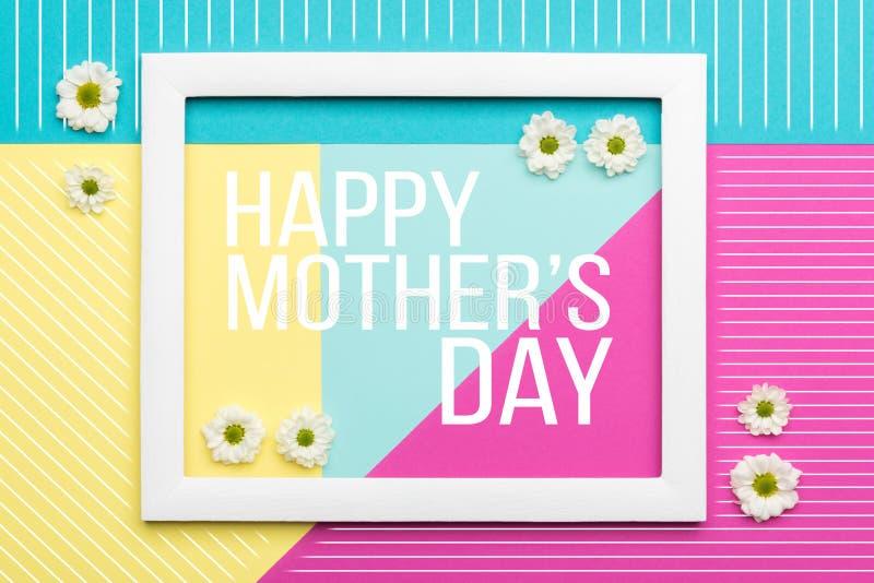 El pastel feliz del día del ` s de la madre coloreó el fondo Tarjeta de felicitación floral de la endecha del plano ilustración del vector