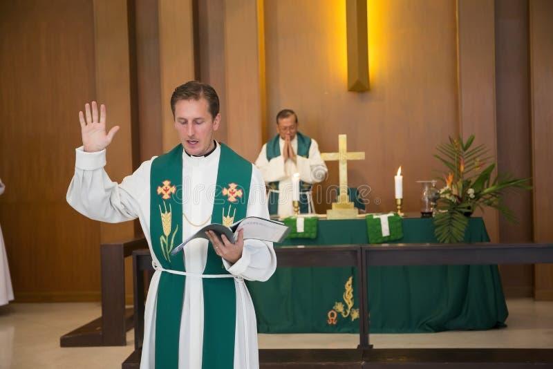 El pastor bendice el eucharist durante la masa de domingo en el Lutheran Chu fotos de archivo libres de regalías