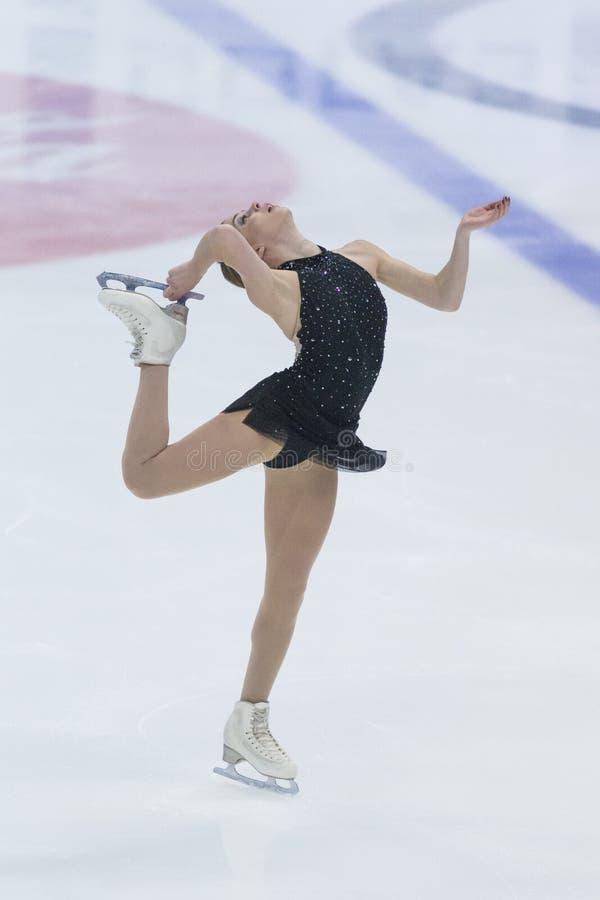El patinador de figura femenina realiza programa patinador libre de las señoras en internacional competencia la estrella del hiel foto de archivo