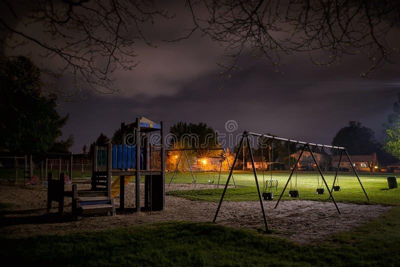 El patio de los niños misteriosos en la noche foto de archivo