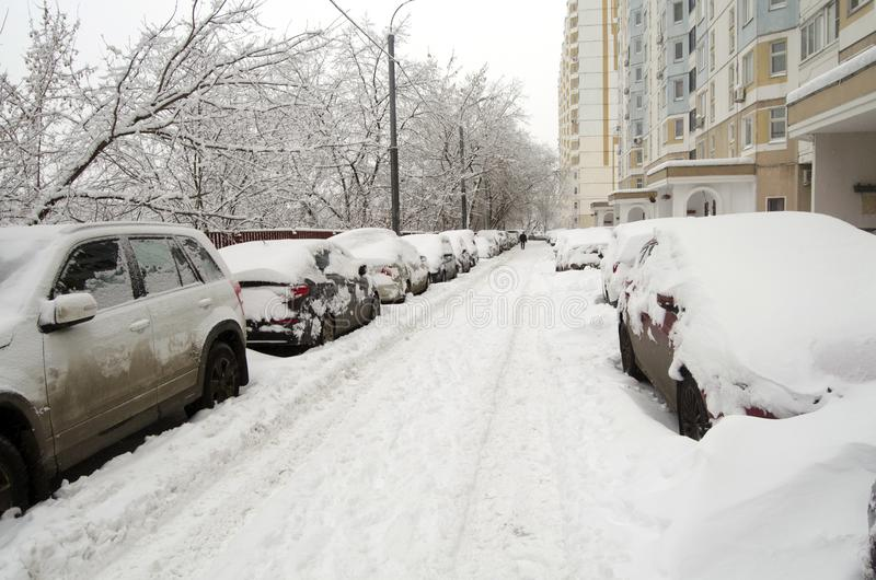 El patio de Moscú inundó con nieve después las nevadas del 3 de febrero de 2018 fotos de archivo