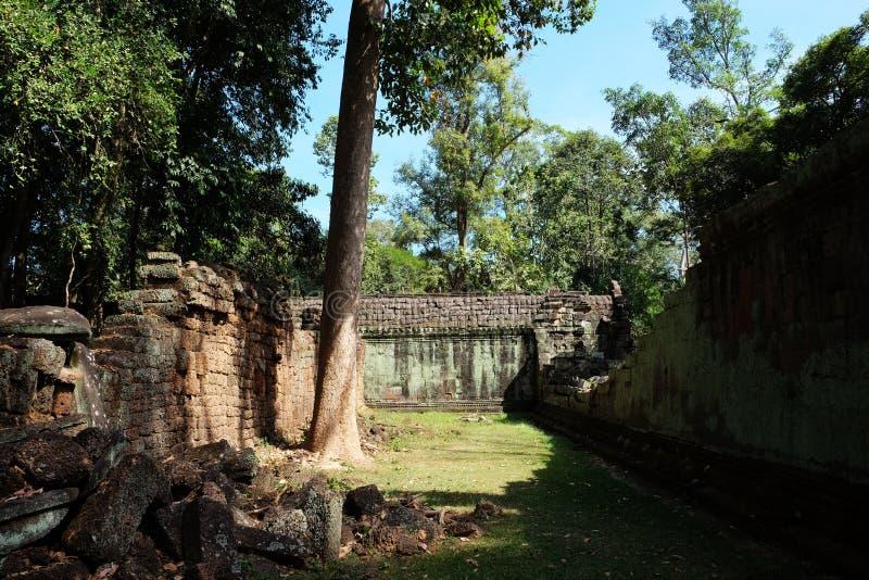 El patio del complejo dilapidado del templo en Indochina Ruinas antiguas en el bosque fotografía de archivo libre de regalías