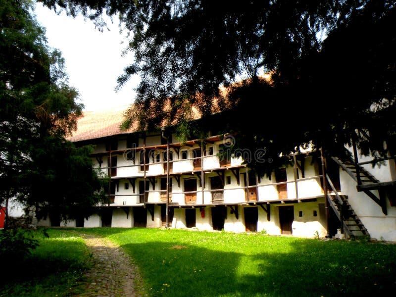 El patio dentro de Tartlau (Prejmer) fortificó la iglesia fotos de archivo