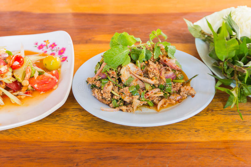El pato pica con el gusto picante, comida tailandesa fotos de archivo