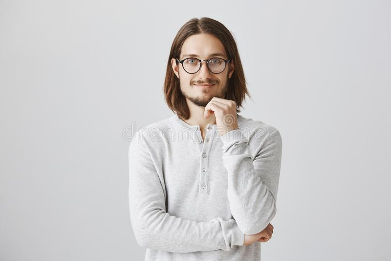 El patrón amistoso satisfizo con grandes ideas de su equipo Individuo hermoso positivo interesado con la barba y el pelo largo foto de archivo libre de regalías