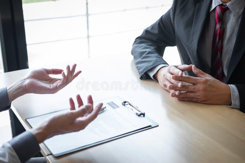 El patr?n que llega para una entrevista de trabajo, hombre de negocios escucha las respuestas del candidato que explica sobre su  imágenes de archivo libres de regalías