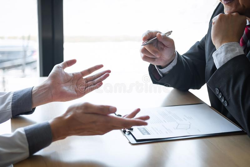 El patr?n que llega para una entrevista de trabajo, hombre de negocios escucha las respuestas del candidato que explica sobre su  fotos de archivo libres de regalías