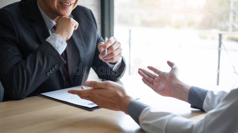 El patr?n que llega para una entrevista de trabajo, hombre de negocios escucha las respuestas del candidato que explica sobre su  foto de archivo