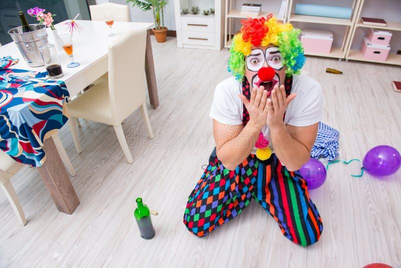 El payaso borracho que celebra teniendo un partido en casa foto de archivo libre de regalías