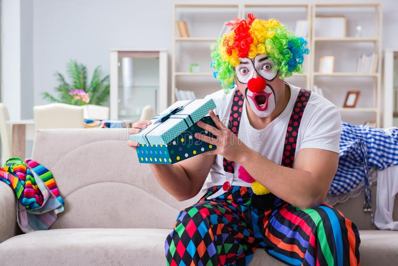 El payaso borracho que celebra teniendo un partido en casa imagen de archivo libre de regalías
