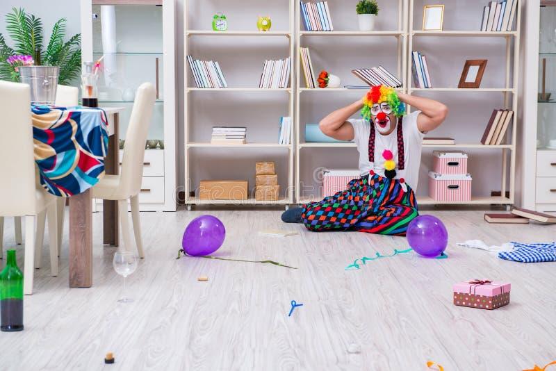 El payaso borracho que celebra teniendo un partido en casa imagen de archivo